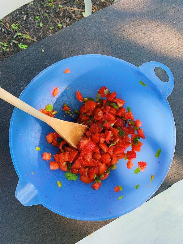 Salsa aux fraises, lime, coriandre et piment jalapeño