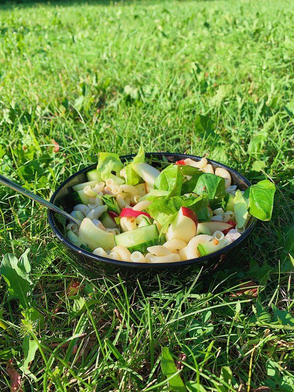 Macaronis sans gluten à l'huile d'olive, pomme rouge, concombre, basilic et thym