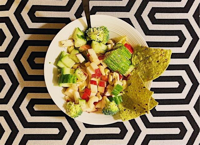 Salade-repas aux légumes et chips de chou frisé