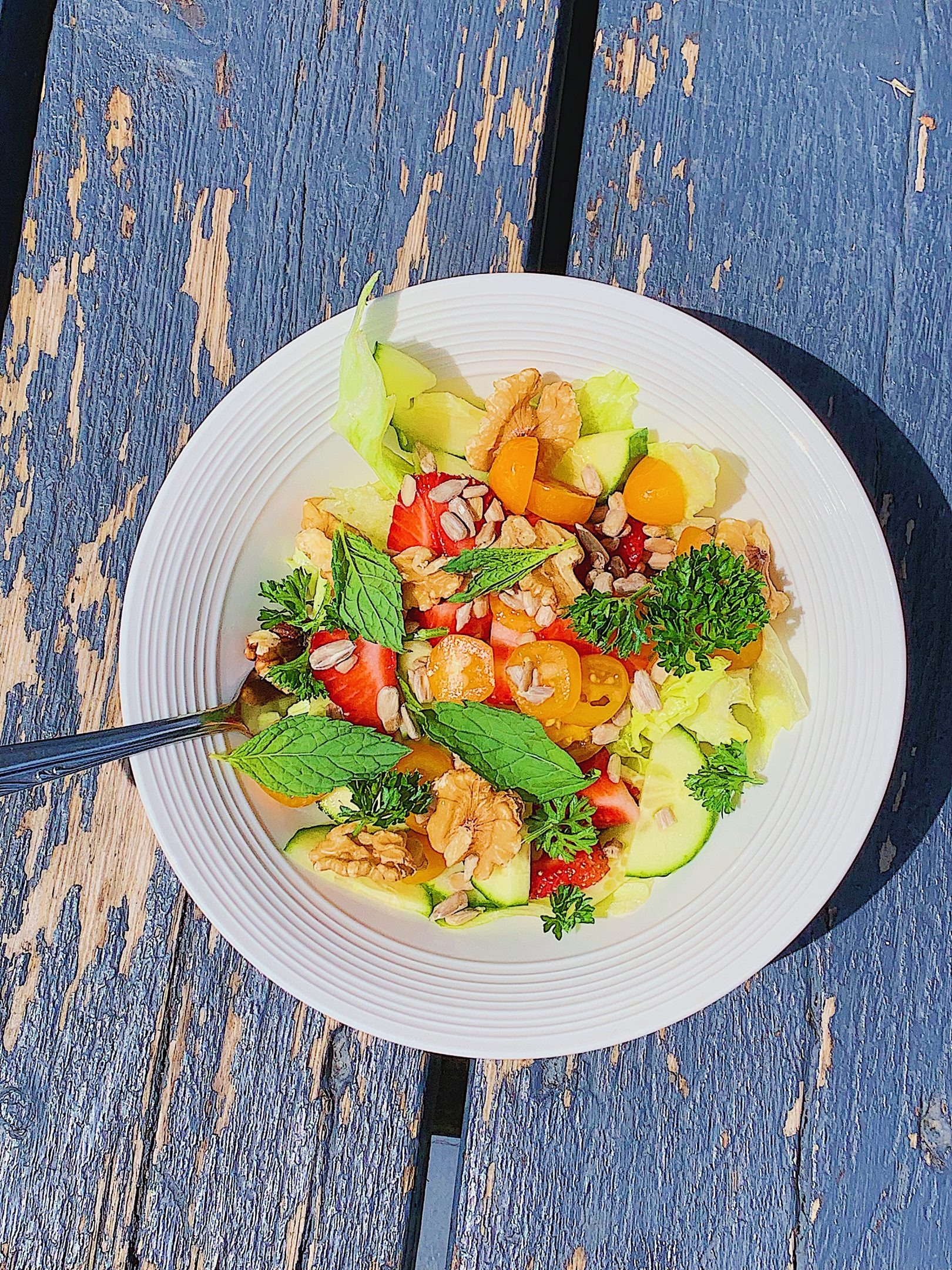 Salade avec des légumes du jardin