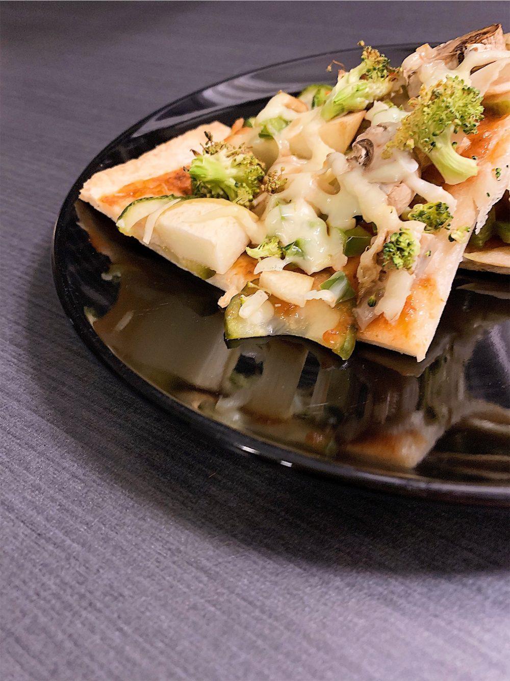Pizza végétarienne aux pommes et brocoli