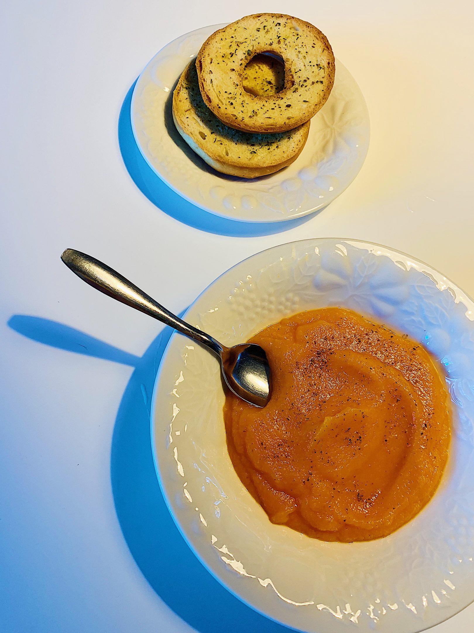 Potage aux carottes et bagels aux fines herbes