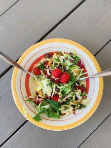 Salade verte d'été et vinaigrette à l'huile d'olive