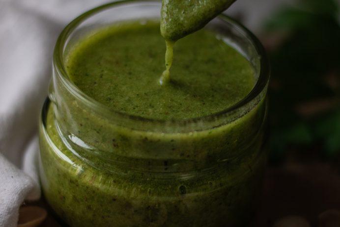 Pesto aux herbes fraîches et à la pistache