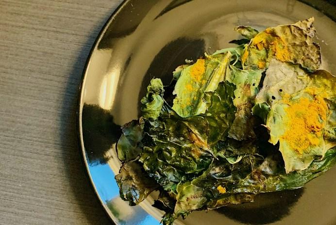 Chips de kale au curcuma