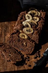 Pain aux bananes, chocolat et café
