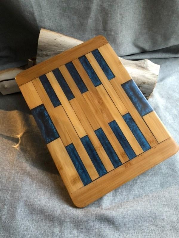Joli plateau de service fait de bois et résine époxy bleue