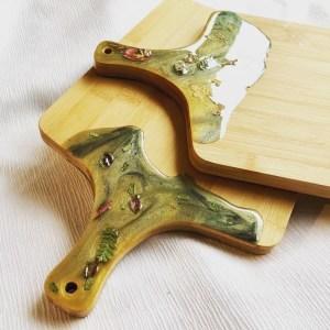 Plateau de service/planche à découper en bois et résine époxy avec poignée