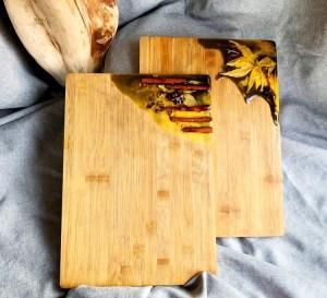 Plateau de service/planche à découper en bambou et résine époxy noir et jaune doré