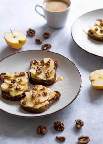 C'est quoi un bon déjeuner? / Tartines au fromage et pommes caramélisées au miel