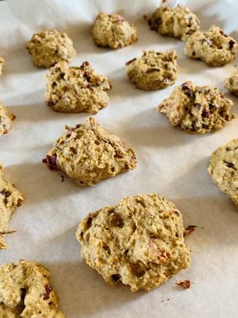 Biscuits à la purée de dattes, canneberges et pacanes